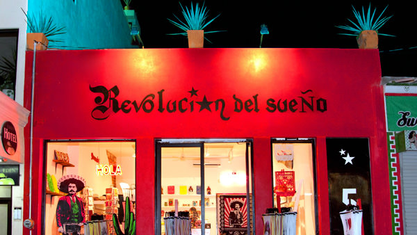 -en-a-bright-red-storefront-lights-up-the-street-es-luces-frontales-de-una-tienda-en-la-calle-