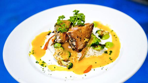 -en-grilled-tuna-on-a-bed-of-rice-es-atn-a-la-parrilla-en-una-cama-de-arroz-