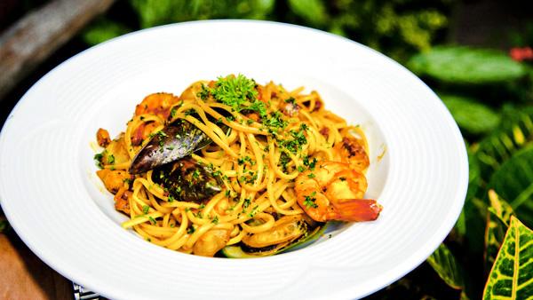 -en-pasta-with-seafood-a-classic-combo-es-pasta-con-mariscos-combinacin-clsica-