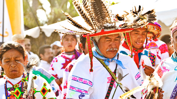 -en-huichol-performing-a-blessing-ceremony-es-huichol-en-ceremonia-