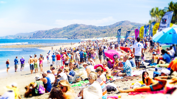 -en-packed-beach-for-the-annual-punta-sayulita-classic-es-playa-llena-en-el-clsico-anual-punta-sayulita-