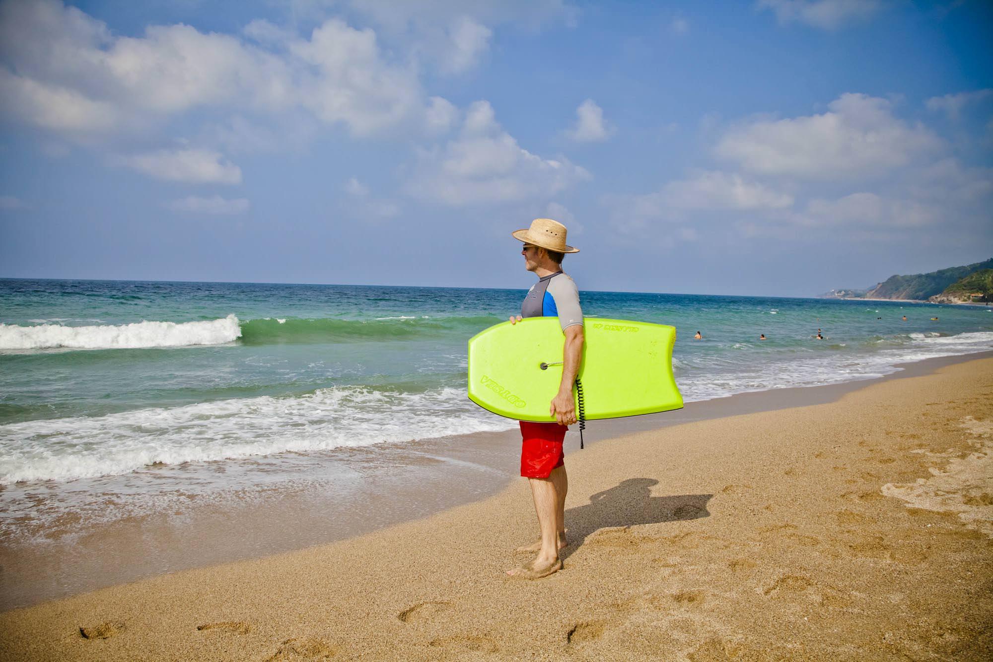 -en-contemplating-the-surf-es-contemplando-las-olas-