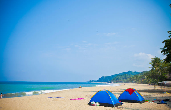 -en-camping-on-the-beach-is-a-great-low-budget-option-es-acampar-es-una-buena-opcin-de-bajo-presupuesto-