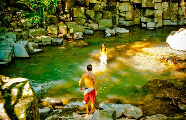 -en-cooling-off-in-a-pool-at-alta-vista-es-refrescndose-en-una-alberca-en-alta-vista-