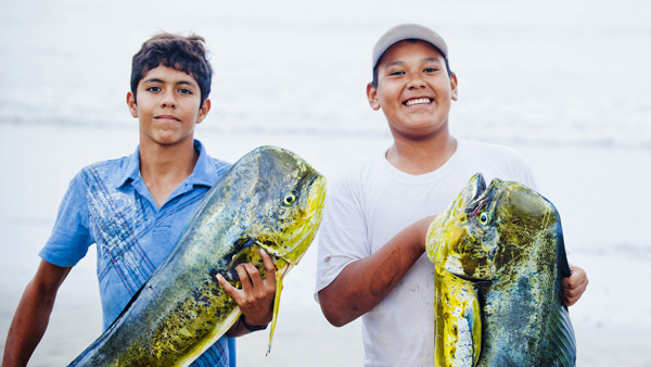 -en-happy-anglers-on-sayulita-beach-es-felices-pescadores-en-la-playa-