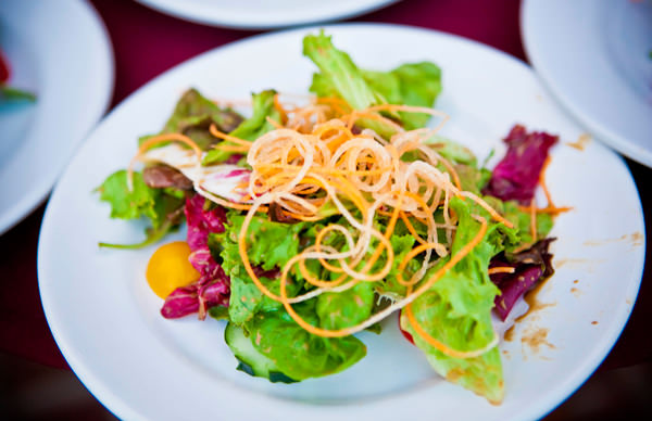 -en-a-beautiful-green-salad-with-fresh-garni-es-hermosa-ensalada-con-guarnicin-fresca-