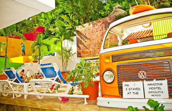 -en-a-1960s-vw-van-symbol-of-the-hostel-life-es-una-combi-1960-smbolo-de-la-vida-de-hostal-