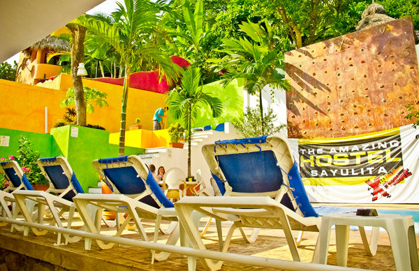 -en-backyard-deck-pool-and-climbing-wall-es-terraza-piscina-y-pared-de-escalar-