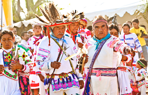 -en-huichol-in-full-ceremonial-garb-come-down-from-the-hills-es-huichol-en-traje-ceremonial-