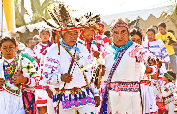 -en-huichol-in-full-ceremonial-garb-come-down-from-the-hills-es-huichol-en-traje-ceremonial-