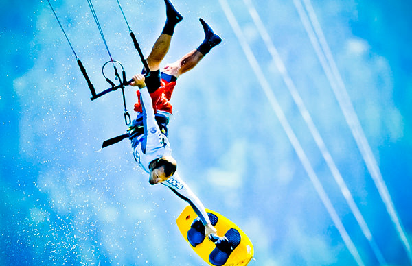 -en-kitesurfing-aerials-huge-thrills-for-experts-only-es-emocionantes-acrobacias-areas-solo-para-profesionales-