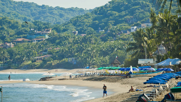 -en-take-a-walk-along-sayulitas-town-beach-es-camine-a-lo-largo-de-la-playa-del-pueblo-