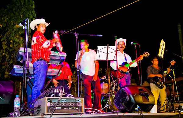-en-banda-performance-at-the-ejido-party-es-presentacin-de-banda-en-las-fiestas-del-ejido-