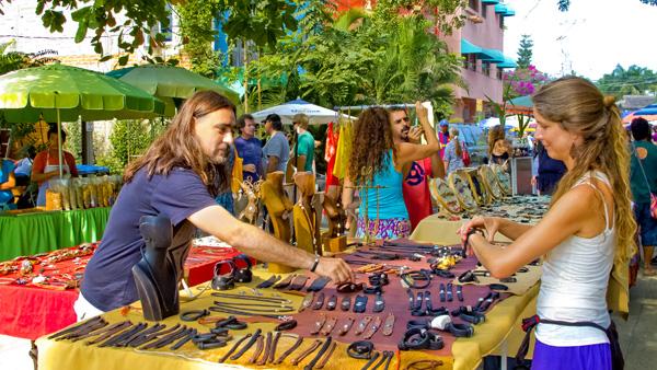 -en-mercado-del-pueblo-offers-jewelry-food-and-more-es-el-mercado-ofrece-joyera-comida-y-ms-