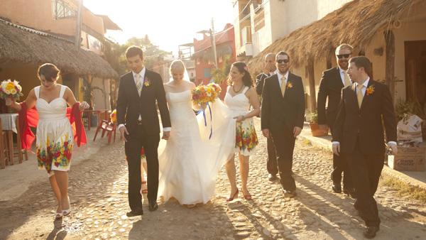-en-a-newly-wed-stroll-down-a-sayulita-street-es-caminata-de-recin-casados-por-la-calle-