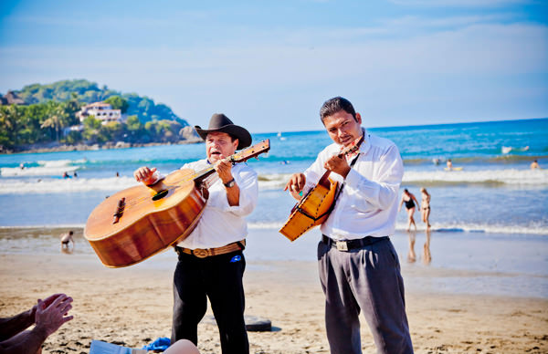 -en-minstrels-entertaining-on-the-beach-es-trovadores-en-la-playa-