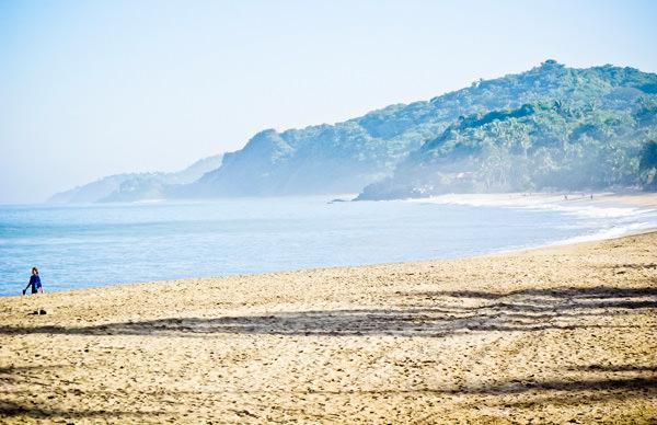 -en-the-enticing-sweep-of-the-north-sayulita-beach-es-la-tentadora-barrida-de-la-playa-norte-