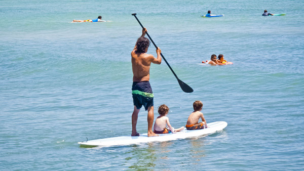 -en-family-fun-on-a-stand-up-paddleboard-es-diversin-familiar-en-una-tabla-con-remo-