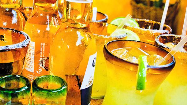 -en-cold-beer-and-cocktail-perfection-es-cerveza-fria-y-perfeccin-coctelera-