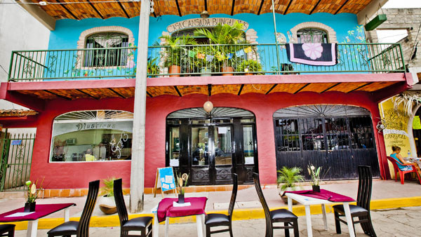-en-dining-on-the-street-is-an-option-at-this-north-side-restaurant-es-comer-en-la-calle-es-una-opcin-en-este-restaurante-