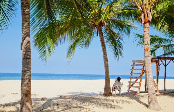 -en-san-panchos-bright-sunny-beach-is-often-deserted-es-la-soleada-playa-de-san-pancho-