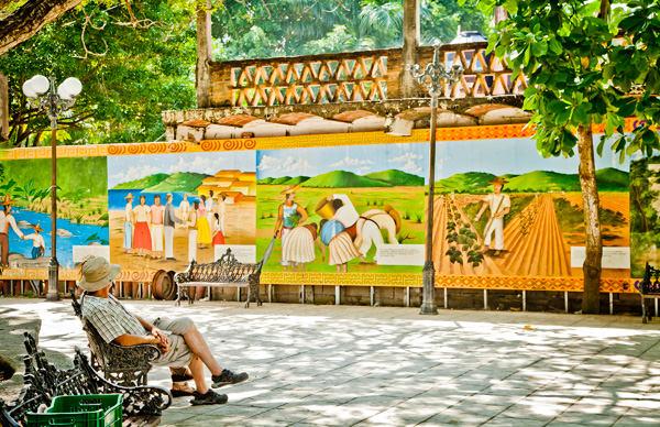 -en-colorful-murals-decorate-the-plaza-in-san-pancho-es-coloridos-murales-decoran-la-plaza-de-san-pancho-