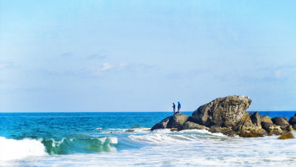 -en-fishermen-clamber-out-and-fish-off-the-rocks-of-carricitos-es-pescadores-trepan-las-rocas-para-pescar-en-carricitos-