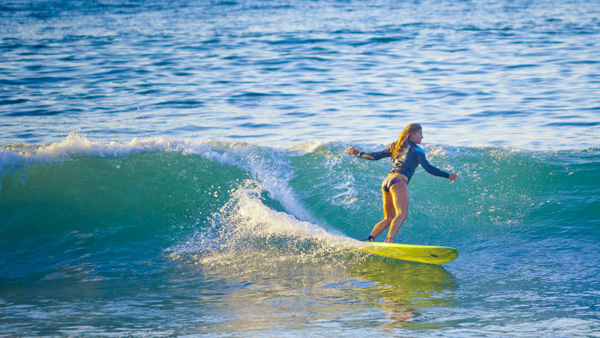 -en-a-surfer-woman-dances-down-a-sweet-little-sayulita-left-es-una-surfista-toma-una-pequea-izquierda-