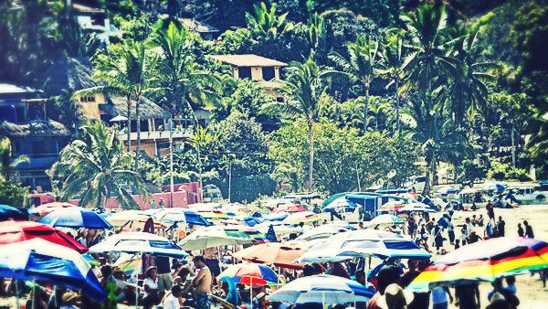 -en-beach-completely-mobbed-for-a-surfing-contest-es-playa-abarrotada-por-el-concurso-
