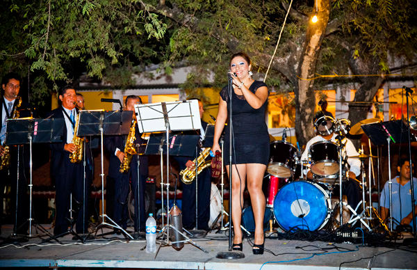 -en-an-elegantly-dressed-jazz-band-plays-a-set-of-classics-es-elegante-banda-de-jazz-tocando-unos-clsicos-