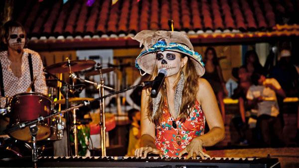 -en-even-contemporary-rock-n-rollers-get-into-the-spirit-es-rockanrroleros-contemporneos-tienen-el-espritu-