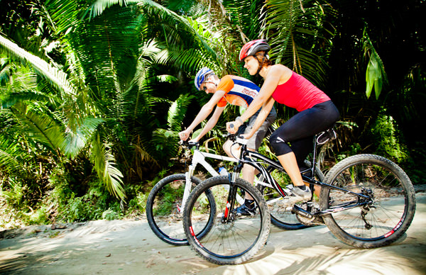 -en-biking-in-the-jungle-is-a-real-adventure-es-pasear-en-bicicleta-es-una-verdadera-aventura-