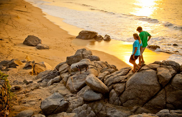 -en-sayulitas-beaches-lead-to-rocky-headlands-for-hiking-es-las-playas-de-sayulita-llevan-a-cabos-rocosos-para-caminar-