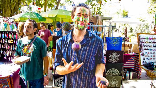 -en-a-juggler-with-a-painted-face-mercado-del-pueblo-es-juglar-con-la-cara-pintada-mercado-del-pueblo-