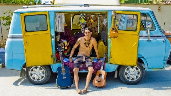 -en-hippies-guitars-and-a-wandering-mini-bus-es-hippies-guitarras-y-minibs-ambulante-