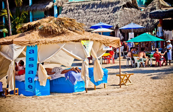 -en-sayulita-beach-can-be-a-perfect-spot-for-a-massage-es-la-playa-puede-ser-el-lugar-perfecto-para-un-masaje-