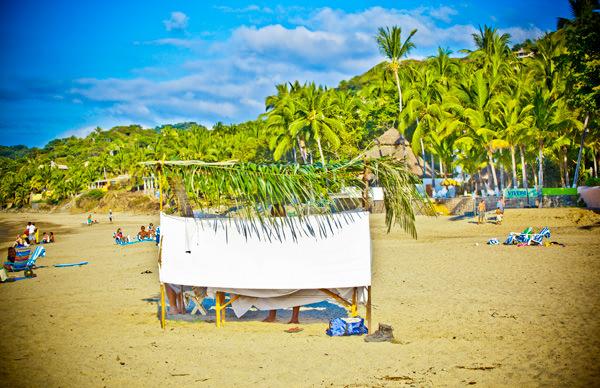 -en-listen-to-the-waves-while-you-get-your-massage-es-escucha-a-las-olas-mientras-recibes-un-masaje-