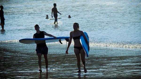 -en-surfers-emerging-from-the-sayulita-waves-es-surfos-saliendo-de-las-olas-de-sayulita-