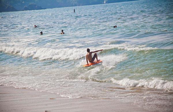 -en-skimming-from-sand-into-shorebreak-is-super-fun-es-deslizarse-desde-la-arena-hacia-las-olas-es-muy-divertido-