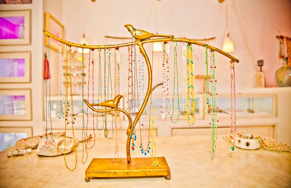 -en-elegant-necklaces-at-a-sayulita-jewelry-boutique-es-collares-elegantes-en-una-boutique-joyera-