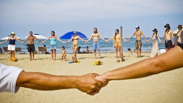-en-a-healing-hand-holding-circle-on-the-beach-121212-es-agarrados-de-las-manos-en-un-crculo-para-sanar-121212-