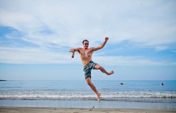 -en-a-happy-tourist-kicks-up-his-heels-es-turista-saltando-de-emocin-