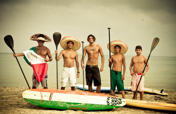 -en-mexican-paddleboarders-gathered-for-a-portrait-es-remeros-mexicanos-juntos-para-un-retrato-