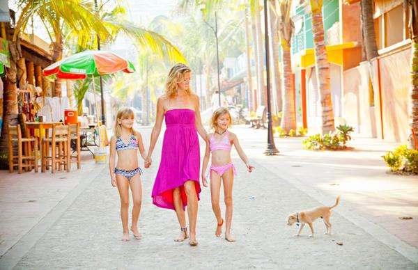 -en-mother-and-children-strolling-sayulita-streets-es-madre-e-hijos-caminando-en-la-calle-
