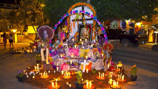 -en-day-of-the-dead-altar-sayulita-plaza-es-altar-de-da-de-muertos-