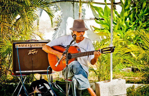 -en-david-ruiz-local-guitarist-entertains-at-the-mercado-es-david-ruiz-guitarrista-local-entreteniendo-en-el-mercado-