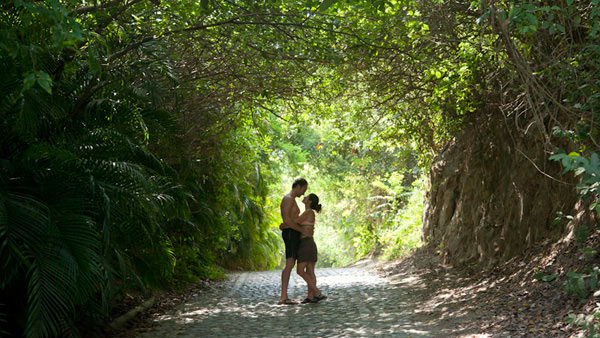 -en-a-loving-break-on-a-romantic-stroll-es-una-pausa-amorosa-durante-una-caminata-romntica-