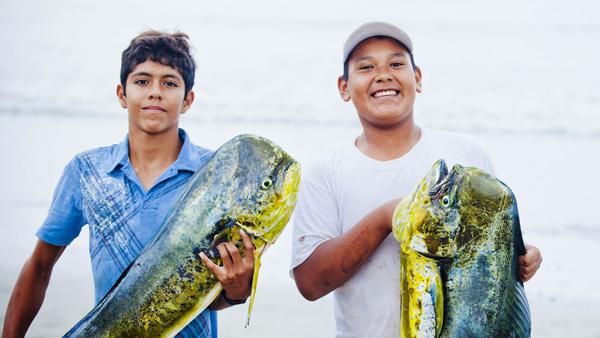 -en-happy-anglers-on-sayulita-beach-es-felices-pescadores-en-la-playa-