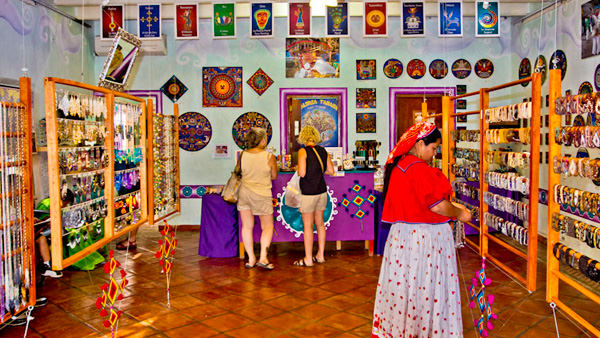 -en-galeria-tanana-offers-a-huge-selection-of-huichol-work-es-galera-tanana-ofrece-una-seleccin-de-arte-huichol-