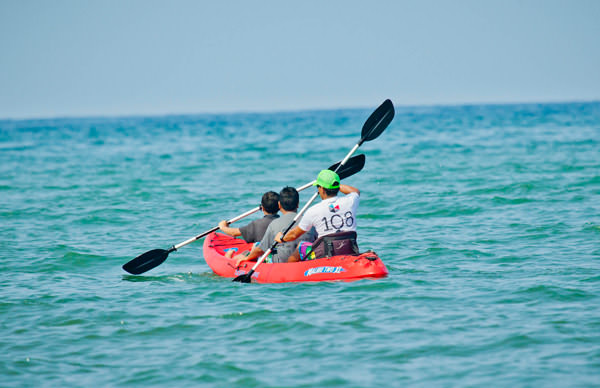 -en-a-three-person-kayak-great-for-group-cruising-es-kayak-para-tres-personas-bueno-para-ir-en-grupo-